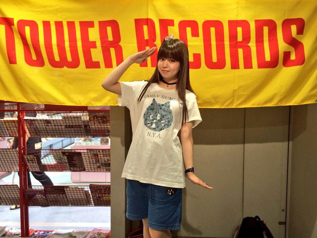 2016/6/19 タワーレコード名古屋近鉄パッセ店にて(左手を見ると,ペンギンさんの敬礼ですね。何をやっても可愛いです。)