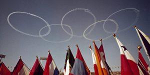 1964年の東京オリンピックで,自衛隊のブルーインパルスが五輪を飛行機で空に描きました。