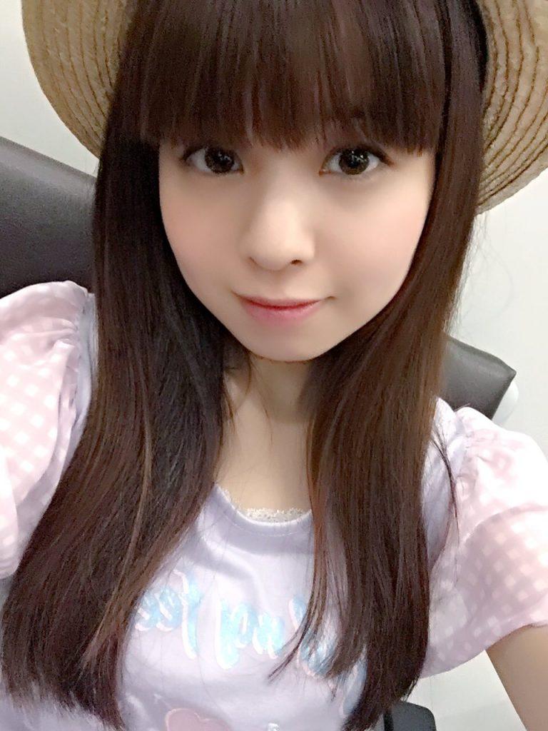 2016/7/28 香港へ到着したときの写真と思います。パステルカラーの服が好きとのこと。可愛い高原のお嬢様です。しかし,るなるに似合わない服ってあるのでしょうか?何を着ても可愛らしく見えてしまいそうです。