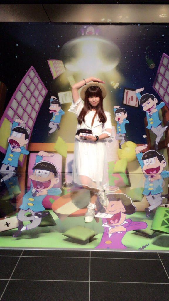 2016/8/6 おそ松さんEXPOでの写真。「今日はおそ松EXPOに行ってきたよ!展示とか!ムービーとか!物販とか!とにかく松尽くしで、入口から出口までめろめろ蕩けそうなくらい幸せな空間でした????もう…一生四男推しです…好き…」