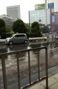 2016/11/27 のツイート「大阪に着きました。雨が降っています。そしてわたしのスマホのカメラがまたピンボケし始めました。」